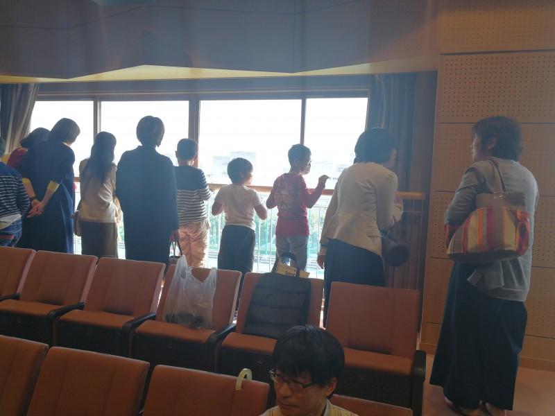 休憩中:窓から外を見下ろす参加者の方々。